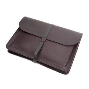 Porta documentos en piel de curtida al vegetal de color marrón chocolate